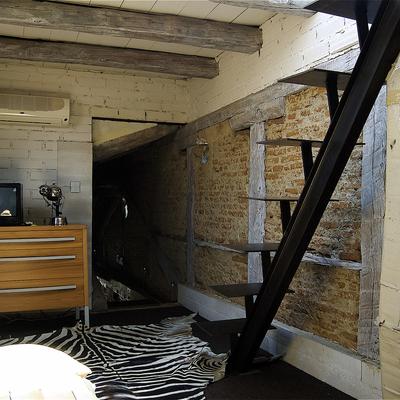 Escalera en dormitorio