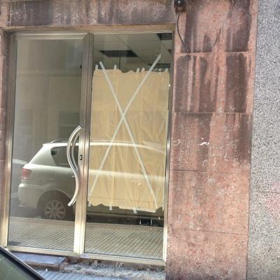 Escaparate y puerta de acero inoxidable para un bajo comercial