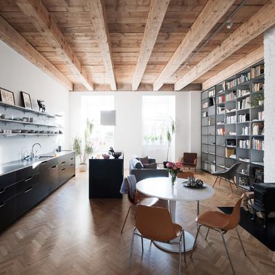 Piso con truco: espacio organizado con una librería móvil
