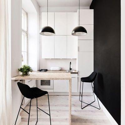 cocina con una pared negra