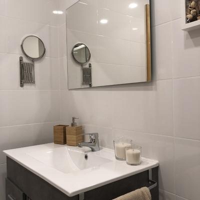 Espejo de aumento en cuarto de baño