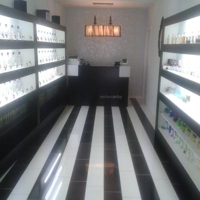 Reforma de local comercial para uso perfumería en Huesca