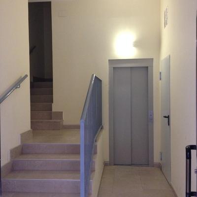 Instalación de ascensor en calle Arias, en Zaragoza.