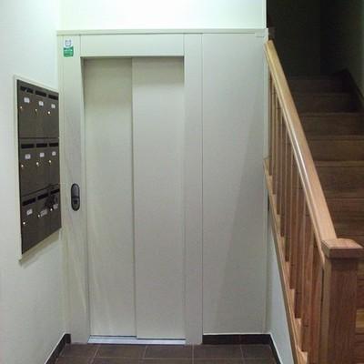 Reforma integral en comunidad de propietarios para instalación de ascensor