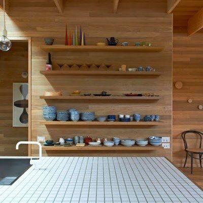 5 trucos para decorar una estantería con algo más que libros