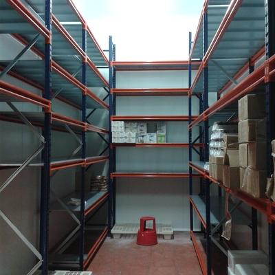 Estanterías con estantes galvanizados en cámara frigorífica.