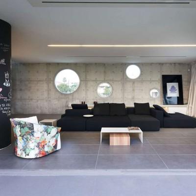 Color, espacios amplios y luminosidad en una vivienda chipriota