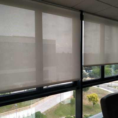 Suministro e instalación de Estores Enrollables de Screen en oficinas