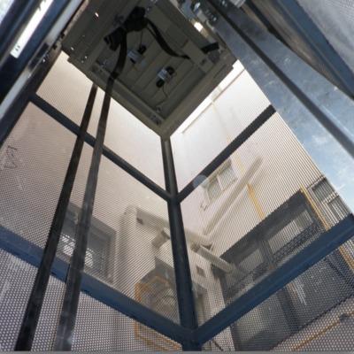 ascensor eléctrico en patio de luces