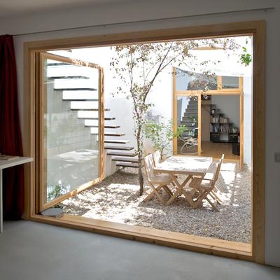 Una casa: un patio, una terraza y un despacho