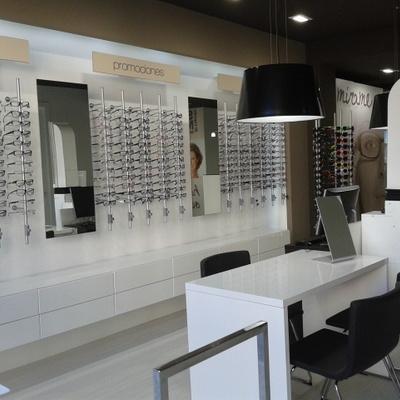 Exposición de gafas y atención al cliente