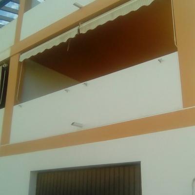 Restauración y pintado a dos colores de fachada en vivienda unifamiliar en Náquera