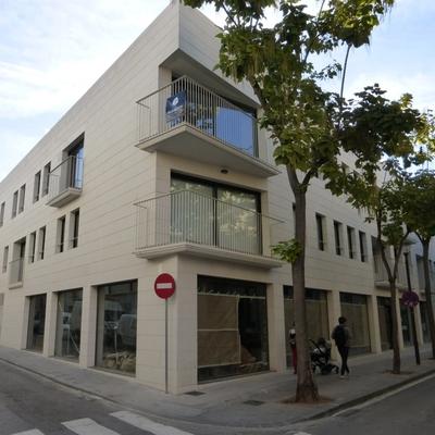 Edificio plurifamiliar con garaje comunitario y locales comerciales, situado en Sabadell