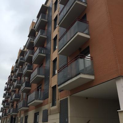 Fachada exterior con terrazas