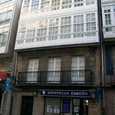 Rehabilitación interior de estructura, fachdas y cubierta de edificio entre medianeras. A Coruña