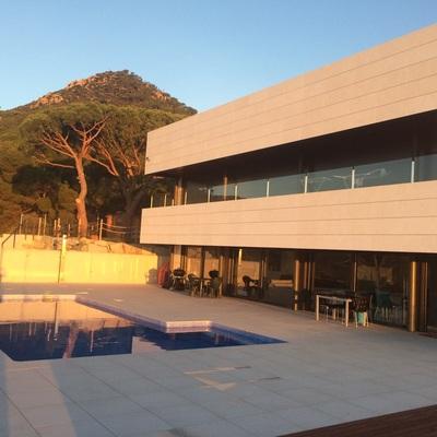 Proyecto fachada ventilda caliza www.aplacadosfecomar.com