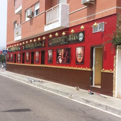 Pintura de fachada, madera de zócalo, rejas, marcos y moldura de madera, Almería