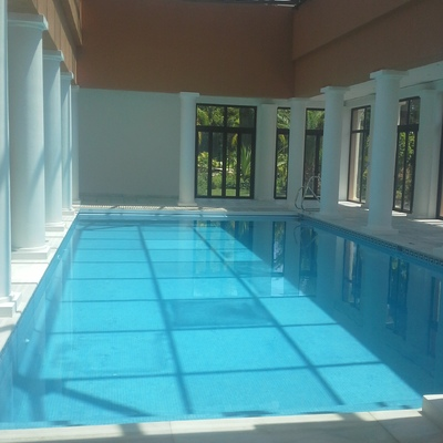 falsos pilares de escayola en piscina cubierta