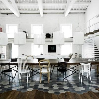 Apuesta por la mezcla decorando con sillas