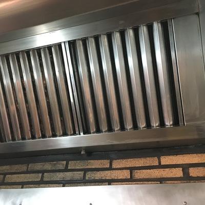 Limpieza campana extractor de chimenea en una sociedad gastronómica