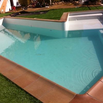 Diseño y construcción piscina de obra con solarium incorporado