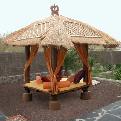 Gacebo y cama balineses en jardín privado