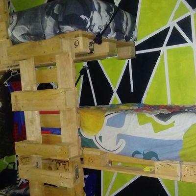 Camas hechas con palés y colgadas con cuerdas