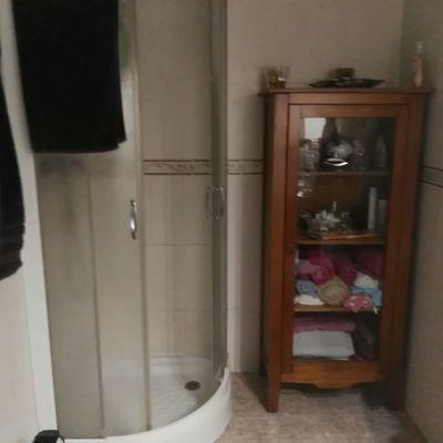 Cambio plato ducha cerámico en media Luna por uno en efecto pizarra de pared a pared