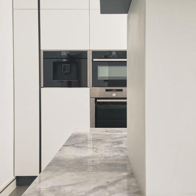 La cocina amplia y sencilla de Fernando y Laura por emmme studio