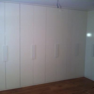 Puertas lacadas y de madera  - Armarios a medida - Suelos laminados y de vinilo - Vestidores - Parquet - Puertas Acorazadas y blindadas - Escaleras y Balaustres - Lijados