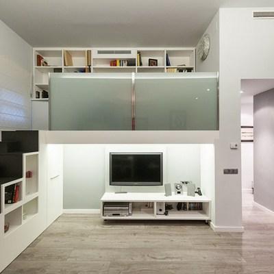 Una casa con una escalera que guarda sorpresas