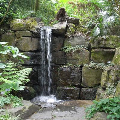 Fuente con cascada con piedras