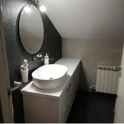 Baño guardilla, azulejo combinado negro / blanco roto