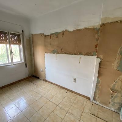 Reparación paredes con humedad y retirar papel tapiz.
