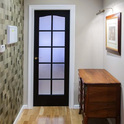Un apartamento reformado y decorado con materiales nobles