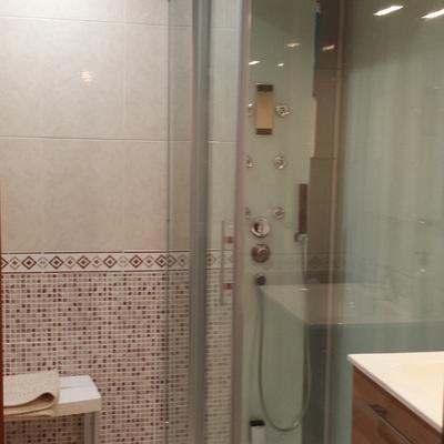 Baño con ducha hidromasaje en Alicante