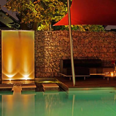 Iluminación de fuente en la piscina