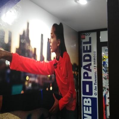 Iluminación de Cartel y entrada en tienda deportiva