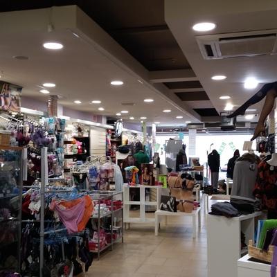 Iluminación interior de un comercio especializado en ropa, mercería y manualidades 200m