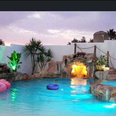 Iluminación en jardín y piscina estilo tropical