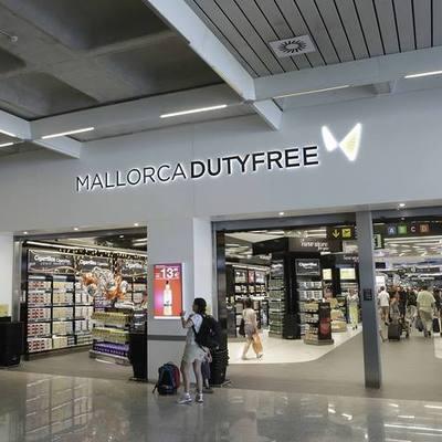 Instalación del sistema de iluminación de la tienda Mallorca World Duty Free del aeropuerto de Palma de Mallorca