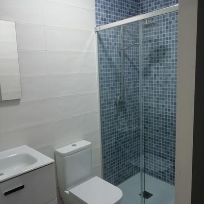 Imagen de uno de los baños tras la limpieza efectuada