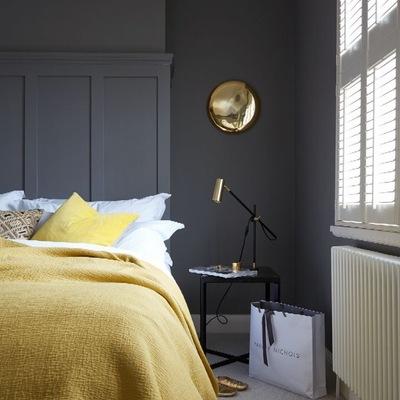 dormitorio gris y amarillo