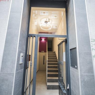 Instalar ascensor con escalera estrecha