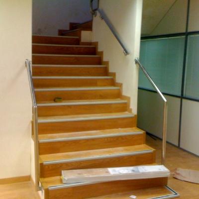 Instalación de 450 M2 y escalera de laminado AC5