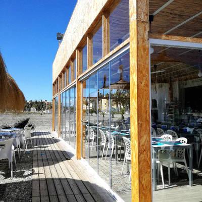 Cerramiento con Cortinas de cristal en un Restaurante de playa
