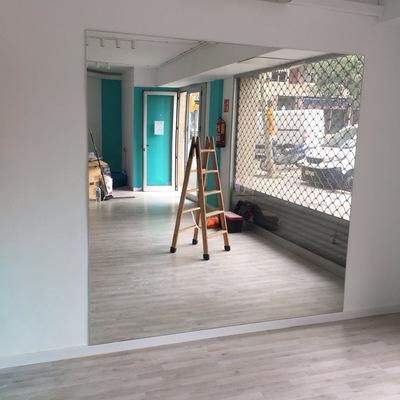 Corte a medida e instalación de espejo en local comercial