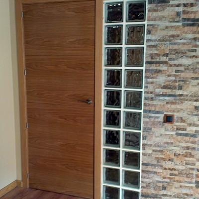 Instalación de puerta de paso, alicatado y pavés