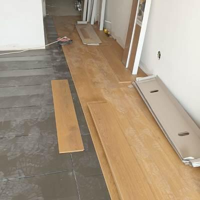 Instalación de suelo, rodapiés puertas interiores y puertas de entrada.