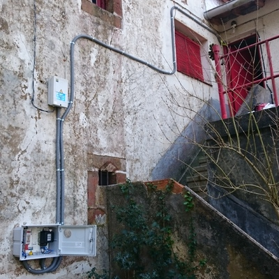 Trasladar al exterior el  contador de luz dentro de su módulo correspondiente y colocación de cuadro eléctrico dentro de la casa.